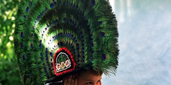 Clopul cu pană de păun – simbolul tradiţional al judeţului Bistriţa-Năsăud