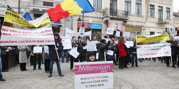 """Ieşenii cu credite în CHF au cerut demisia lui Isărescu şi """"bancheri arestaţi"""" (galerie foto)"""