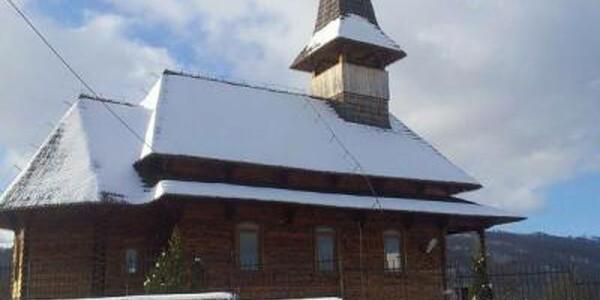 Un sat abandonat din Ţara Loviştei a renăscut în jurul unei biserici maramureşene