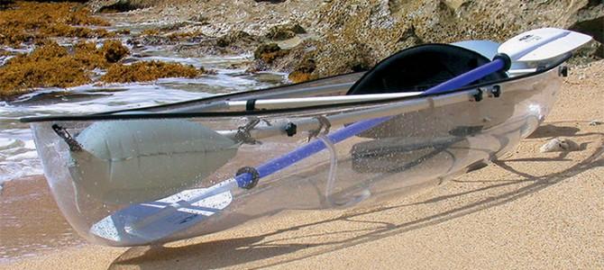 Canoea transparentă oferă vederi incredibile din oceanul de dedesubt