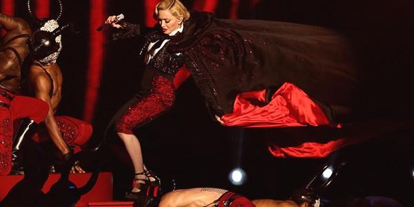 Căzătură spectaculoasă a Madonnei pe scena Brit Awards