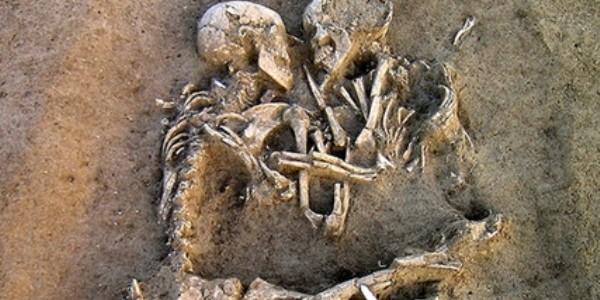 O pereche de oameni preistorici, descoperiţi îmbrăţişaţi în mormânt