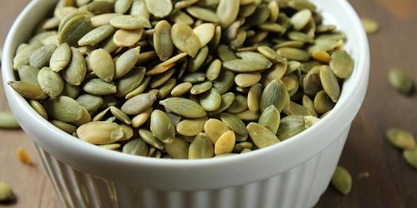 Sarmale din seminţe de dovleac legate cu aţă
