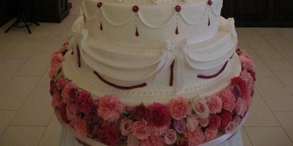 Torturi de nuntă decorate cu flori naturale