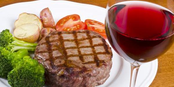 De ce vinul roşu se potriveşte aşa de bine cu friptura