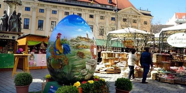 Viena: 40.000 de ouă pictate la Târgul de Paşti din Piaţa Freyung