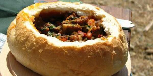 Gulaş vânătoresc cu carne de mistreţ, servit în pâine
