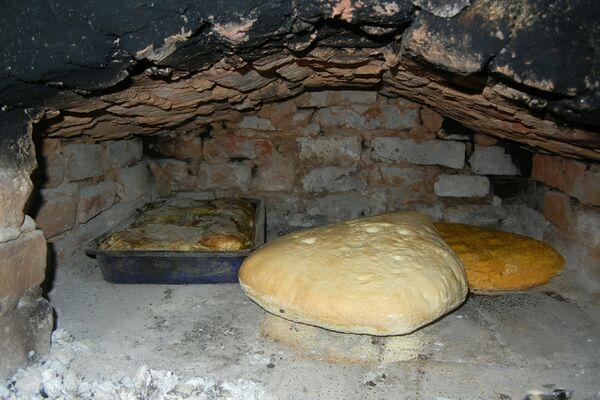 Din reţetele Stejarilor – prăjitură de mălai, chisăliţă, umplutură şi pâine  făcută în casă   Doza de bine