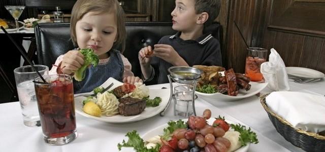 Luăm şi copilul la restaurant, cum ne comportăm