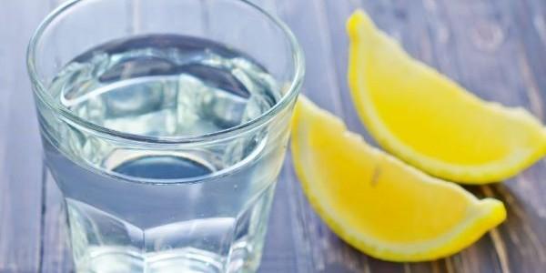 Remediu contra migrenelor – apă, sare şi lămâie