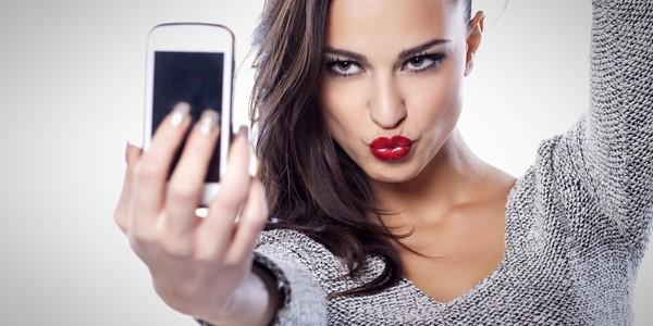 Selfie-urile ar putea provoca apariţia ridurilor