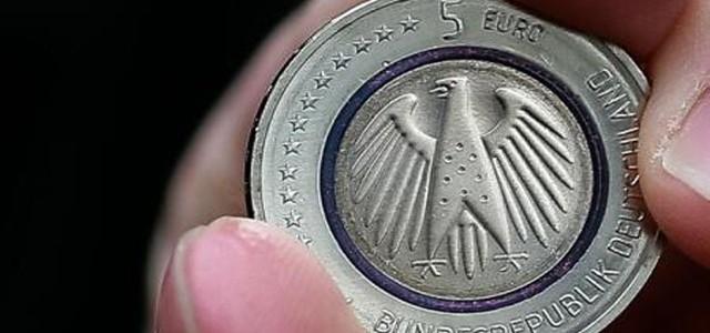 Coadă la monezi de cinci euro care seamănă cu vechea marcă