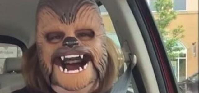 O femeie costumată în personajul Chewbacca face furori pe internet