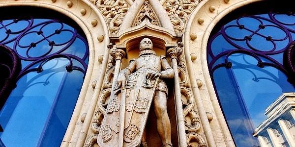 Statuia unui rege a căzut victimă unui amator de selfie-uri