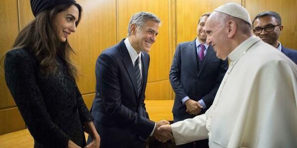 Papa Francisc i-a premiat pe actorii Richard Gere, George Clooney şi Salma Hayek