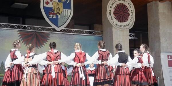 1.200 de copii şi tineri au participat la un tradiţional festival de dansuri populare