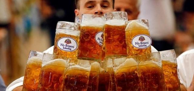 Cele mai multe halbe de bere cărate de un bărbat