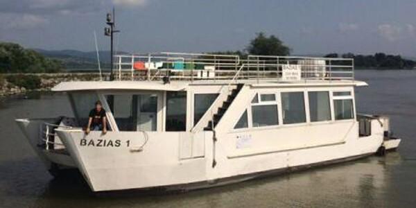 Turiştii din Clisura Dunării se pot plimba cu catamaranul