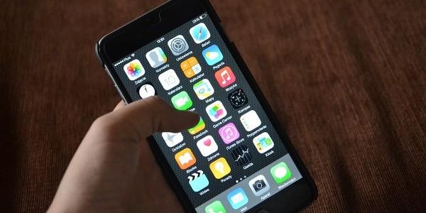"""Un american acuză Apple de furtul invenţiei sale, un """"iPhone"""" din 1992"""