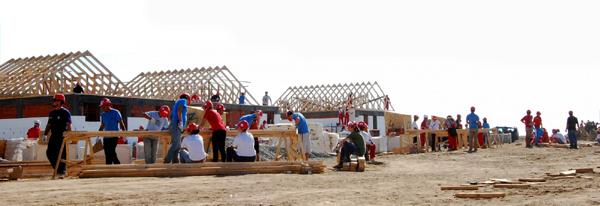 800 de voluntari vor construi 40 de case în 5 zile