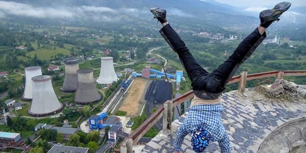 Acrobaţie la 180 de metri, pe un coş de fum al Termocentralei Paroşeni