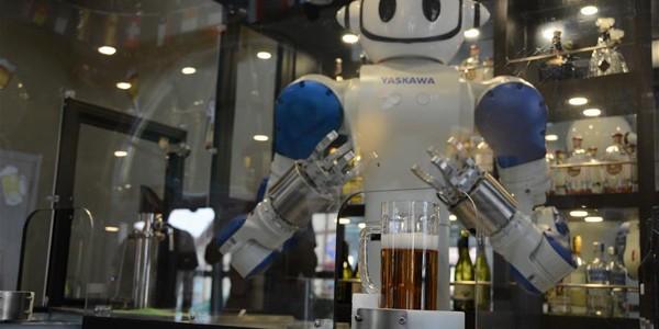 """La """"Oktoberfestul asiatic"""" berea este servită de roboţi"""