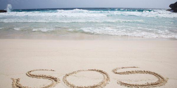 Salvaţi de un mesaj SOS scris pe nisip