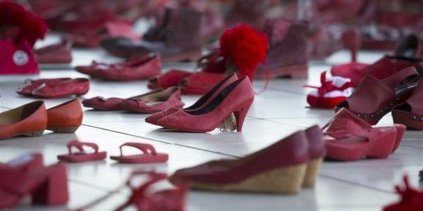 Sute de pantofi roşii – expoziţie de artă împotriva violenţei asupra femeilor
