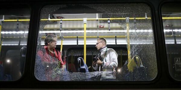 Autobuz cu ziarişti, atacat cu focuri de armă la Rio
