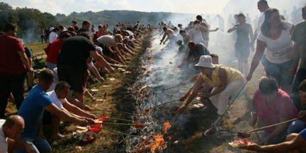 1.500 de oameni au fript clisă la Pericei