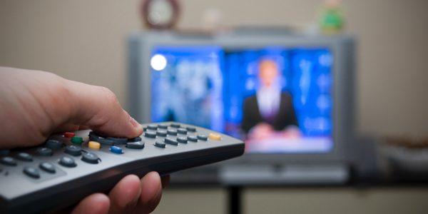 48% dintre români stau 3 ore pe zi în faţa televizorului