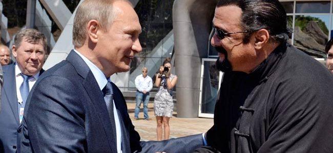 Vladimir Putin i-a dat paşaportul rusesc lui Steven Seagal
