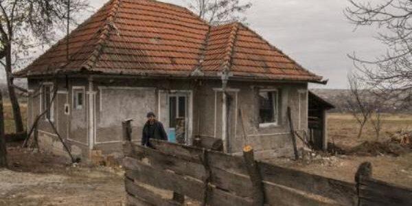 Departe, dar nu singuri – două fetiţe părăsite de mamă, într-o casă fără apă şi fără electricitate