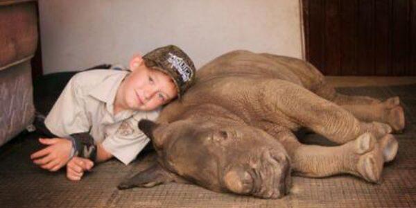 Un băieţel de 9 ani a strâns peste 7.000 de dolari pentru a salva un pui de rinocer