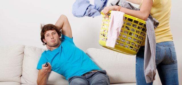 Femeile sunt mai tentate să-şi înşele partenerii de viaţă care nu contribuie la sarcinile gospodăreşti