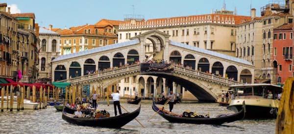 VENEŢIA: aflux masiv de turişti, dar tot mai puţini locuitori