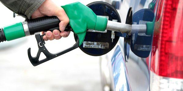 O gospodărie cheltuieşte 773 de lei pe carburanţi în fiecare an; 58% reprezintă taxele la pompă