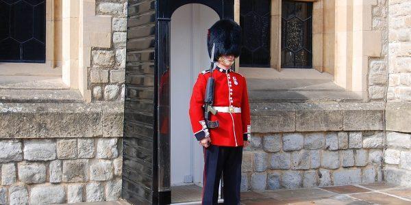 Regina Elisabeta a II-a, cât pe ce să fie împuşcată de… unul dintre militarii din Garda de la Buckingham