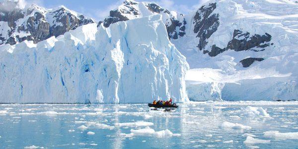 Un aisberg gigantic stă să se desprindă de Antarctica