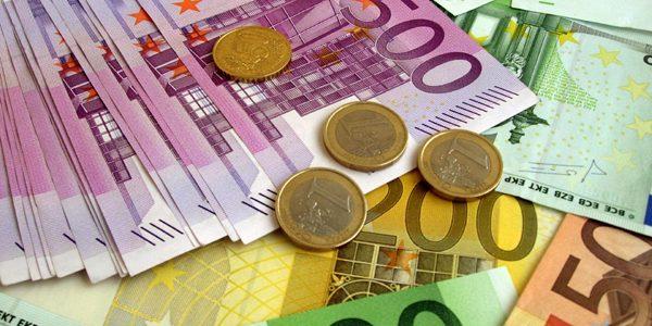15 ani cu bancnote şi monede euro