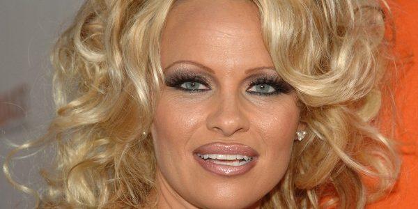 Pamela Anderson ar avea o relaţie de cuplu cu Julian Assange
