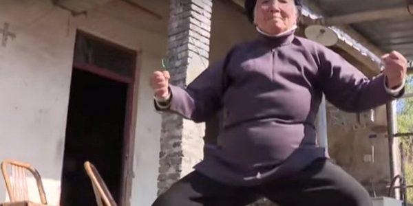 O bunicuţă de 94 de ani îşi apără vecinii cu tehnici de kung-fu