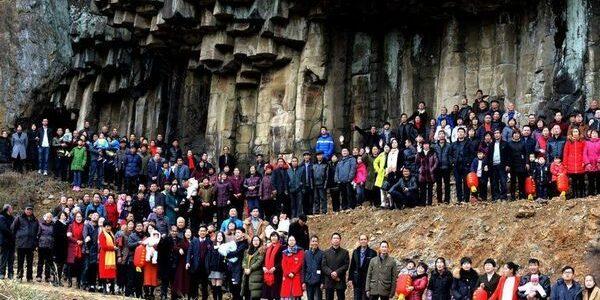 Peste 500 de membri ai aceleiaşi familii s-au reunit pentru o rară fotografie de grup