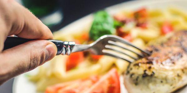 Renunţarea la masa de seară ar putea fi o soluţie pentru arderea mai multor grăsimi