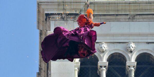 Zborul Îngerului marcheză începutul Carnavalului de la Veneţia