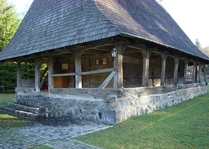 Biserica-lemn-Lapusna