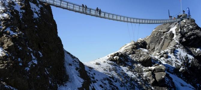 Primul pod suspendat între două vârfuri muntoase