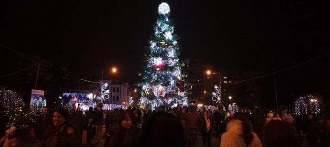 Luminile de Crăciun împodobesc Capitala Moldovei