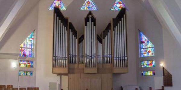 SĂLAJ: Biserică reformată cu vitralii unicat