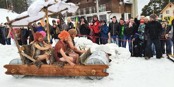 Cel mai trăsnit concurs de ambarcaţiuni pe zăpadă